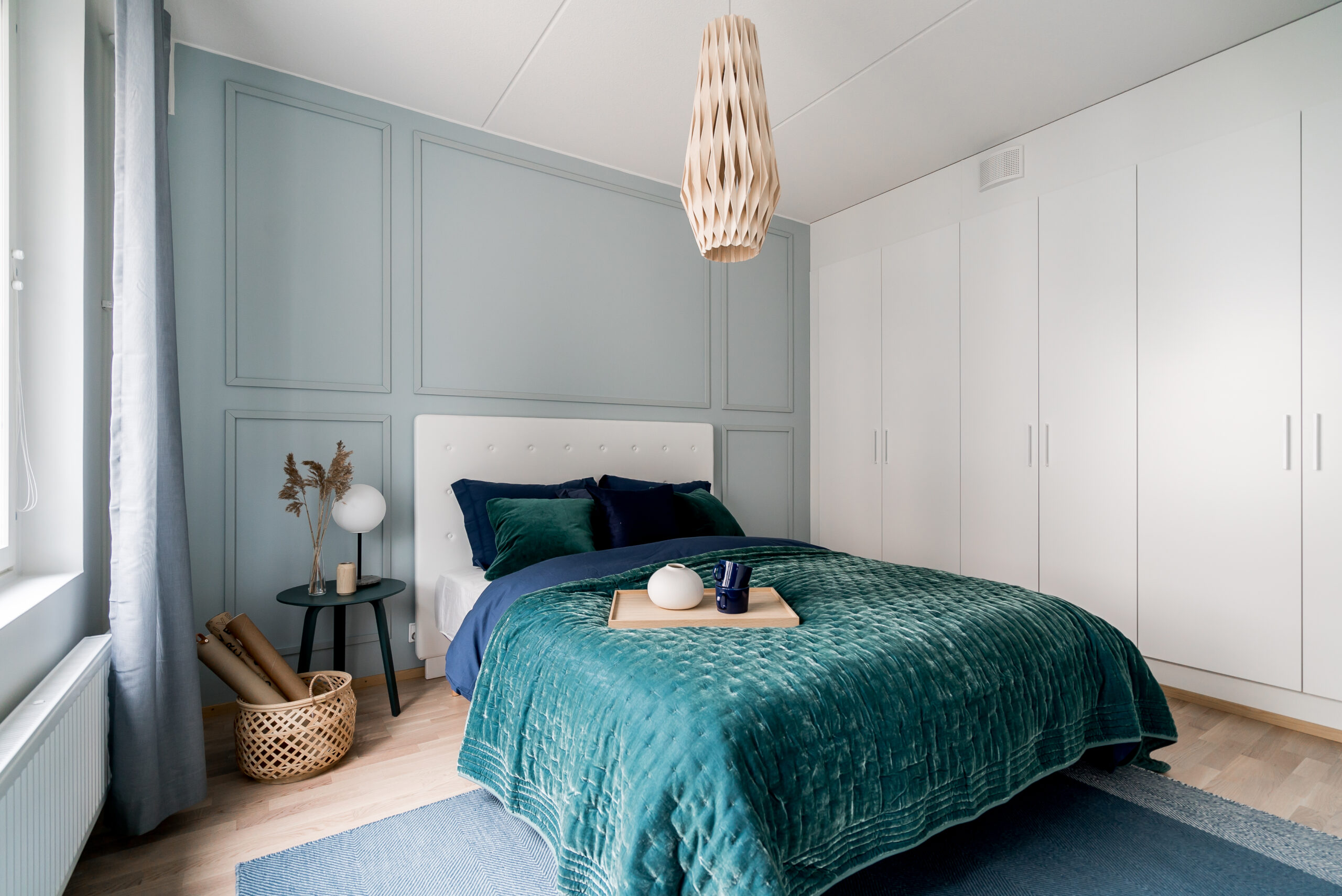 Makuuhuoneeseen saat helposti ripauksen ylellisyyttä tekemällä puurimoista kauniit kehykset. Erityisiä puusepäntaitoja ei tarvita, eikä monimutkaisia työvälineitäkään.