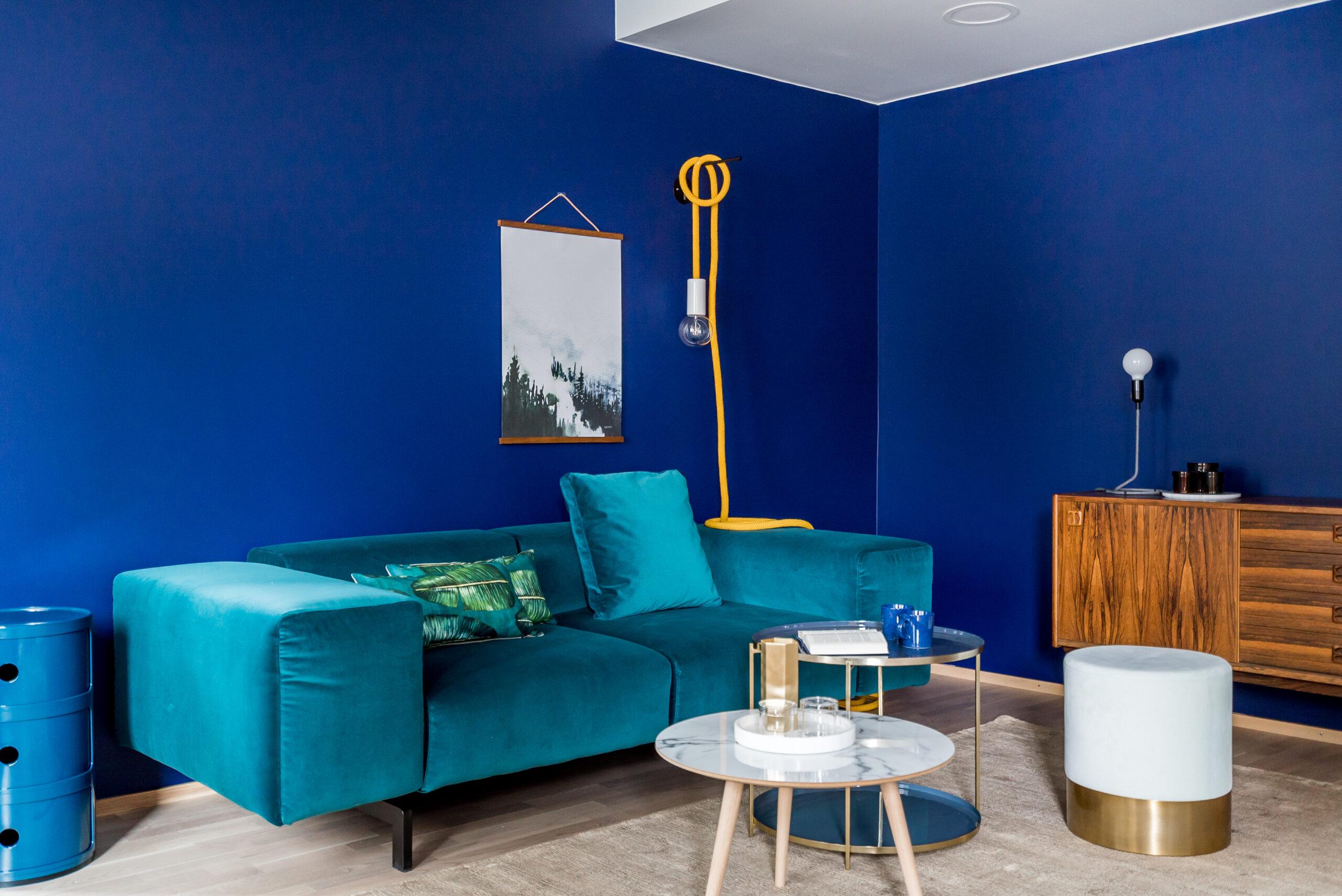 Seinän sininen sävy, Tikkurila M350 Mustekynä toimii upeana taustana sisustuksessa käytetyille kalusteille sekä pienesineille.