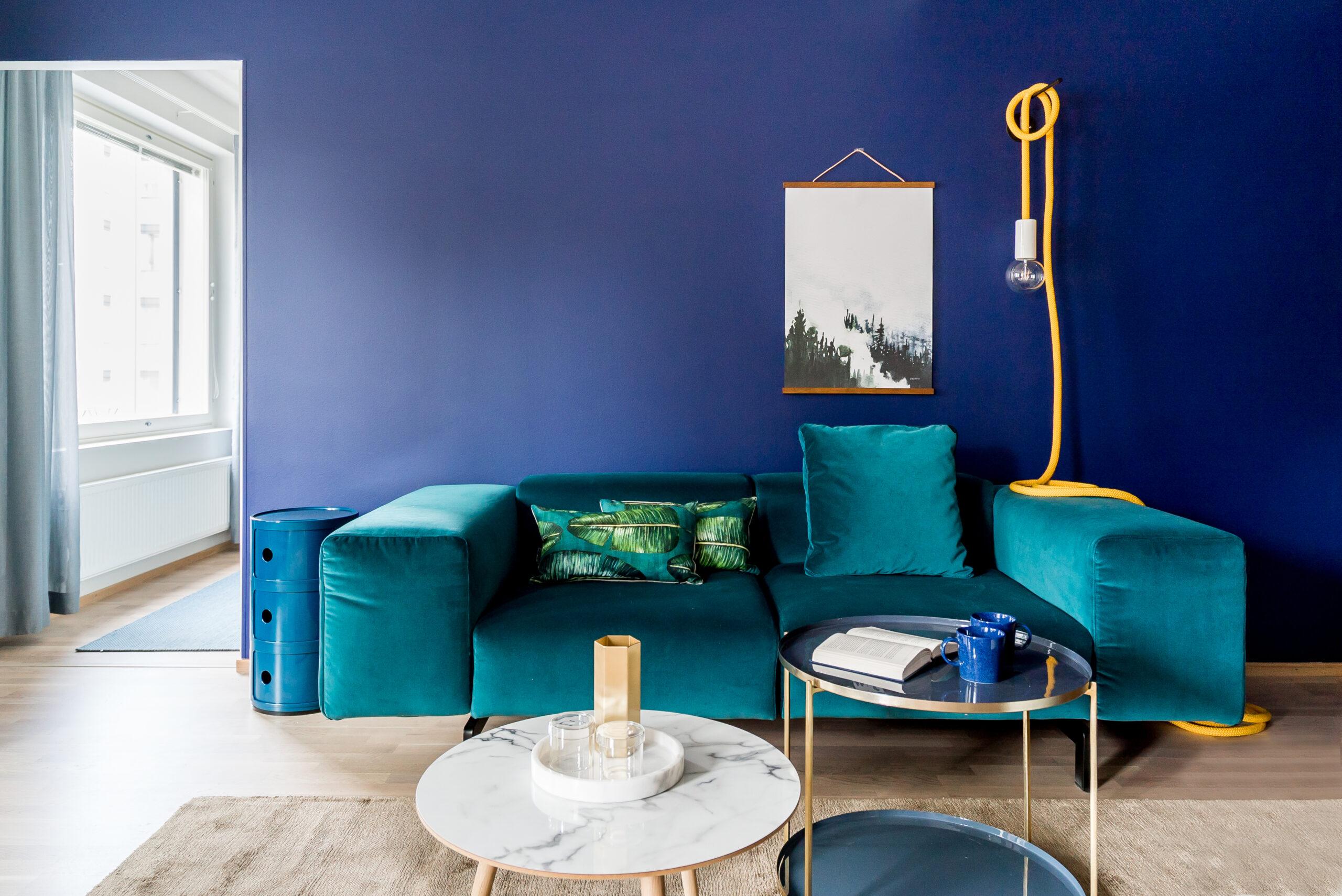Lempiväreillä, ihanilla materiaaleilla ja hauskoilla yksityiskohdilla saadaan aikaan näyttävä kokonaisuus. Mikä ettei tämän upean sohvan kaveriksi sopisi vaikkapa jälleen muodissa oleva beige. Minkä värin sinä valitsisit seinälle?